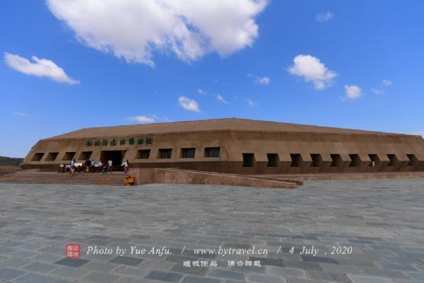 水洞沟遗址博物馆,位于宁夏银川市灵武临河镇明长城脚下,距首府银川市24公里,距河东机场11公里,建筑面积4308平方米。建筑形制以水洞沟旧石器时代文化材料中最具特色的西方莫斯特文化石叶为设计背景,以石器与遗址环境的主要色调——土黄色为基本色调,外形仿石器造型。是我国西部地区唯一展示旧石器时代面貌的主题博物馆。