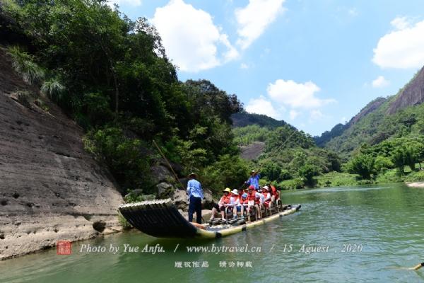 九曲溪位于福建省武夷山峰岩幽谷之中。山不高有高山之气魄,水不深集水景之大成,山与水的完美结合是九曲溪旅游线路最突出的特色。
