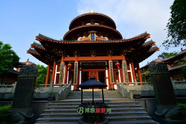 观音禅寺占地面积约15亩,仿唐建筑风格,坐北朝南,在建筑布局上,山门和天王殿为前殿,大士阁居中,大雄宝殿居后,构成了寺院的主体,左右两侧四组殿堂相对,体现了中国佛教古典建筑以平面方正、南北中轴线布局、对称稳重且整饬严谨的建筑风格。
