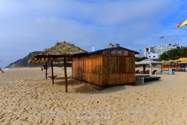 十里银滩空气清新,沙质洁净均匀,水质清澈透明。设有帆船、游艇、水上垂钓等水上项目以及沙滩排球、足球等体育活动项目,是休闲度假好去处。