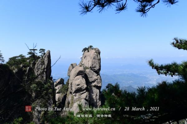 """花台景区作为九华山核心景区之一,更是九华山国家森林公园、地质公园的核心地段,位于九华山中部,面积10平方公里。景区内风光壮美,景色绮丽,以奇峰怪石、云海雾凇、花的海洋而著称,素有""""灵山九华,美在花台""""的说法。每年的四至十月份,景区内有我国品种最为集中的稀有高山杜鹃花,红、黄、白、紫等争相绽放,争奇斗艳,镶嵌在山野绝壁中,宛若""""天街花市"""",俨然一副华美的山水画。"""