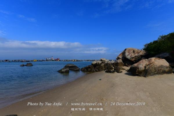 """马尾岛位于闸坡西南方,是半封闭型海岛,总面积1.3平方公里,海滩长约1.25公里,水深适度、海底平缓、沙质优良,有""""海水大浴缸""""之称,适合老人儿童玩乐。海水中安全地马尾岛的北帝庙,供奉""""水神""""北帝,渔民出海前总虔诚地来这里奉香以求平安。值得一提的是""""马尾夕照"""",这里是海岛的最西角,观日落的最佳地点,当晚彩霞漫天时,许多游人驻足于此等待。岛上森林植被丰富,怪石遍布,虫鸣蝶飞,林荫小道弯弯曲曲,保留着极浓的原始气息。山体被海浪千年万载的冲刷雕琢,形成了乱石滩、海蚀滩、一线天等奇异景观。"""
