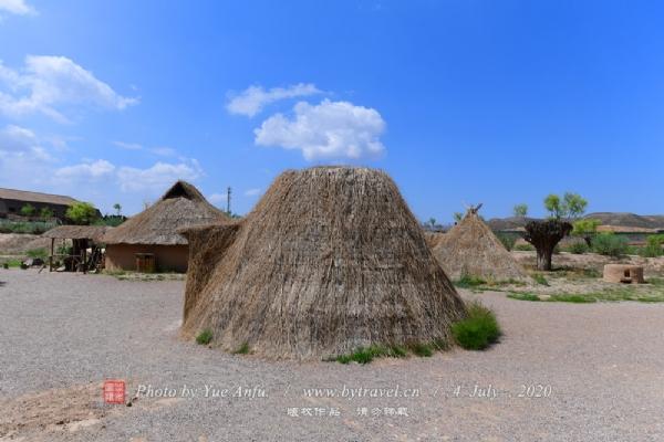 """水洞沟村继承了这种古老的居住方式,在黄土坡上先挖出一定深度的地穴,然后在地穴四周边缘上,用土坯垒起矮墙,使之高出地面,再以桁条,木椽搭顶,复以柴草,在柴草上糊以泥巴,防止漏水。这种居室建筑极其廉价,是远古人类居住方式的最佳选择。我国北方地区群众习称其为""""地窝子""""、""""地窨子""""。它产生于生产力极不发达的远古时代,伴随着人类存在了数千年,直到上世纪六十年代才逐渐被人们废弃,最终退出了历史舞台。"""
