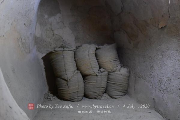 从2006年开始,我们对藏兵洞进行了保护性的清理、疏通。目前,供大家参观游览的藏兵洞长度是965米,清理面积约3200平方米,但这并不是全部。据考察,大峡谷南北两侧崖壁的藏兵洞总长度约在3公里左右,尚待进一步清理。就目前已清理出的部分,我们于洞壁及已坍塌的洞顶,均采取了保护性的措施进行了加固。