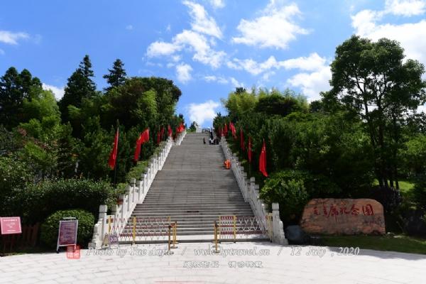 毛主席纪念园位于会址东北侧。纪念园中矗立着一尊汉白玉主席像。主席像为1969年制作,2009年安矗,高7.1米,寓意着7月1日党的生日。基座3米,共计10.1米,与第一休息平台有1.949米,寓意着1949年10月1日中华人民共和国成立。基座为正八边形,寓意着红军的八角帽。基座周围还镌刻着毛主席不同时段的毛体诗词,整个主席园设计昭示着国家兴旺,人民安康。
