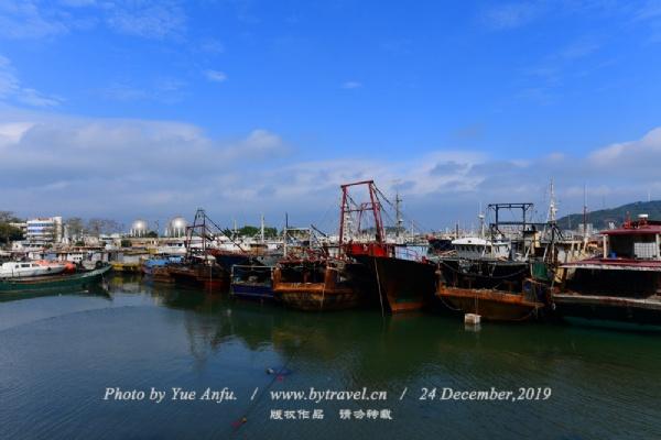 闸坡渔港是全国著名的十大渔港之一,在东南亚一带颇有名气。对于讲求美食的游客来说,在闸坡可以尝到市场难得见到的海鲜产品和贝类海产。此外,闸坡的商业街许多商铺都经营海产干货,货口琳琅满目,来旅游的客人都喜欢买点海产回去,商铺的生意也随着季节的到来而兴旺起来。