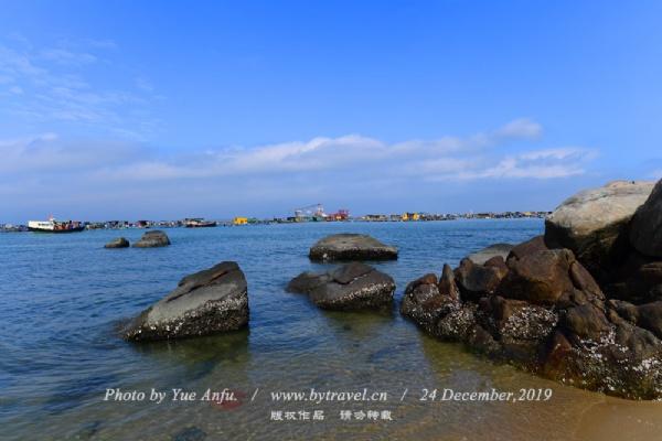 """这里是海岛的最西角,为观日落的最佳地点,当晚霞满天时,许多游人驻足于此等待""""马尾夕照""""。"""