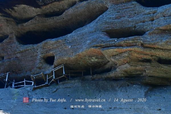 武夷山崖墓群位于福建省在武夷山国家风景名胜区、九曲溪两岸山峰和山北景区内。 现存的地点近20处,棺木数量约20具。武夷山崖墓是形似江南乌蓬船的木棺,也称架壑船、仙橹、仙舟、敞艇、仙人屋、金棺材、仙船、沉香船、船棺等,是武夷山古闽族先民的一种葬具。船棺的形状与独木舟相似,分底、盖两部分,全长3—5米,整木刳成,上下套合,前高而宽,后低而窄,两头起翘如船形。