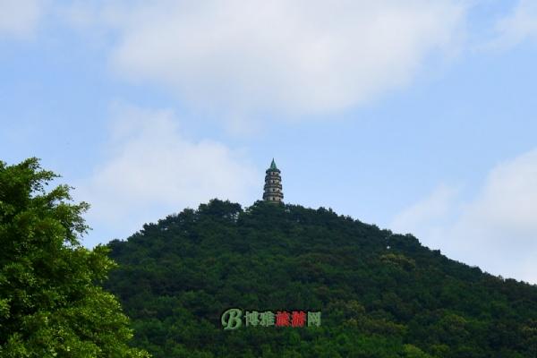 """龙象塔俗称""""青山塔"""",取佛经""""水行龙力大,陆行象力大""""之意命名,是青秀山的地标性建筑。原塔由明代万历年间南宁籍尚书萧云举兴建,因抗日战争毁于1939年,现塔重建于1985年,是广西塔群中最高的塔。登上塔顶,可眺望邕江和远山近岭,数十里城市风光尽收眼底,景象壮观。"""