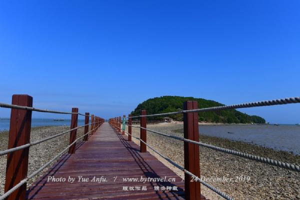 """海陵岛红树林国家湿地公园位于广东省阳江市海陵岛神前湾畔,公园总面积6.08平方公里,公园以亚热带红树林湿地为风景特征、以生态保护为主、以观光休闲和科普教育为辅的多功能生态公园,是海陵岛""""新八景""""之一。"""