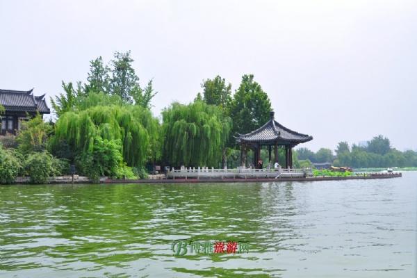 现今大明湖位于济南旧城区内,公园面积86公顷,湖面46公顷,水深平均2米。
