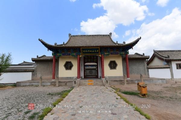 """宁夏境内的长城不仅数量多,且分布广。文物考古专家从文献记载与修筑技术上断定,自战国时期开始至明代都曾先后在此修筑或利用长城,因此宁夏被称为""""中国长城博物馆""""。"""