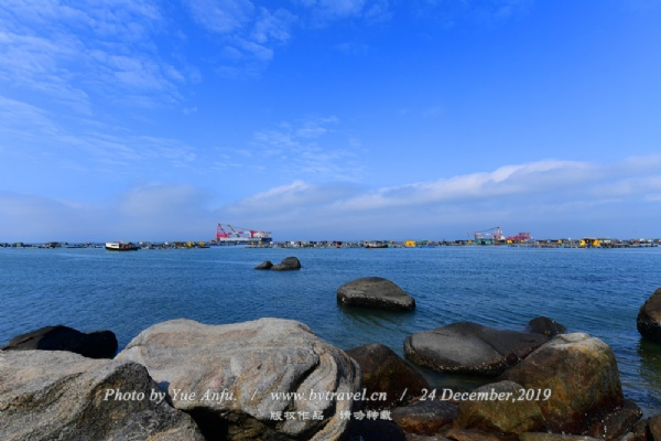 马尾岛是一片未开发的处女湾,沙滩平缓洁净,沙质柔细。大洲上的古灯塔是远航渔船的夜海明灯;小洲上灵日灵庙里的偶像是渔民的保护神。这里水质清澈,水静如镜,水底平坦,是国内罕有的静浪区。