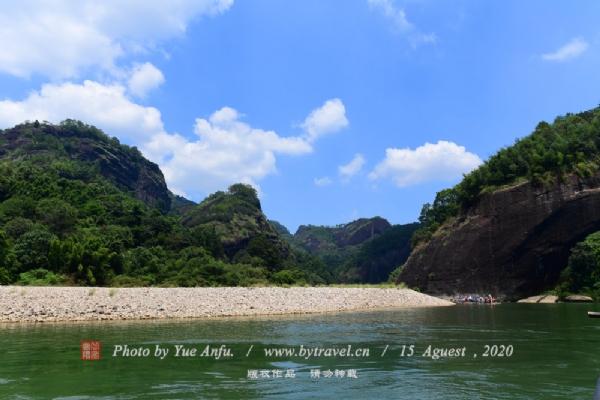 曲折萦回的九曲溪贯穿于丹崖群峰之间,如玉带串珍珠,将36峰,99岩连为一体,构成