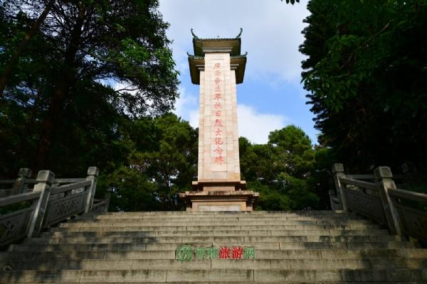 广西抗日学生军纪念碑建于2001年12月,高20米,用花岗岩建成,碑顶是绿色琉璃瓦,翘角重檐,如飞燕凌空,雄伟壮观。