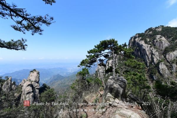 """奇特的地质地貌,神奇地构成了九华山最著名的""""天然睡佛""""奇观;花台正顶是景区内最高峰,登临花台顶,一览九华全景,更可以""""亲近睡佛,聆听佛音"""",与神奇的""""睡佛""""零距离接触,得大佛护持、倍感灵气。"""