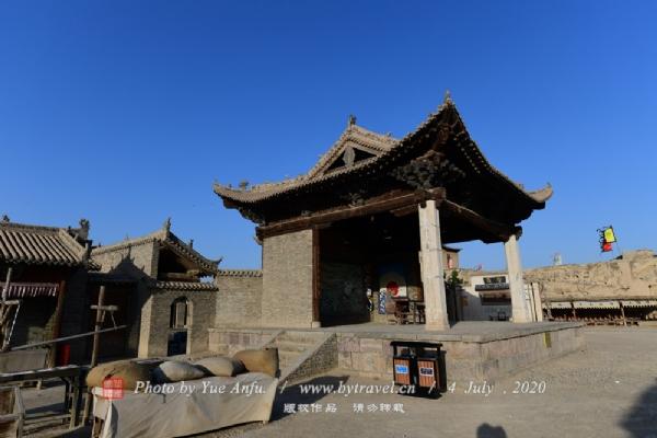 """""""戏台""""古时被称为舞亭或舞楼,宋、金时晋南一带已有,元代相当普遍,但保存至今者较少,是我国最早反映戏曲演出活动的场所,起着酬神、娱人的双重作用。 这里为游客朋友复制的是我国至今保存下来最早的戏台,即山西临汾县魏村牛王庙戏台,建于元代至元二十年(1283年)。古戏台本身就是寺庙建筑的一部分,所以又称""""庙台""""。"""