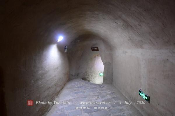藏兵洞蜿蜒曲折于悬壁之中,上下相通,左右相连,洞中分叉颇多,左盘右旋,久久不见尽头,确如迷宫,一般对洞内情况不熟的,很难走出去。洞中除洞道外,左右辟有土屋,可以住人,大约是专供领兵长官住的。洞内还设有粮食储藏室,有水井、灶房等,只要储藏够一定的食物,在相应的一段时间内,洞内所藏将土不出洞,照样可以生存。因藏兵洞高出沟底10多米,可以是不怕水淹的。多年来,既便发山洪,藏兵洞都不曾为水淹过。对于古人的智慧,我们真是叹为观止。