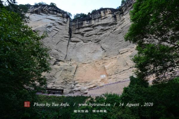 武夷山水帘洞为武夷山著名的七十二洞之一。位于章堂涧之北。进入景点处,有一线小飞瀑自霞滨岩顶飞泻而下,称为小水帘洞,拾级而上,即抵水帘洞。洞顶危岩斜覆,洞穴深藏于收敛的岩腰之内。洞口斜向大敞,洞顶凉爽遮阳。两股飞泉倾泻自百余米的斜覆岩顶,宛若两条游龙喷射龙涎,飘洒山间,又像两道珠帘,从长空垂向人间,故又称珠帘洞。