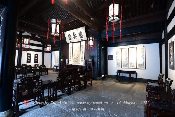 鲁迅祖居也称为周家老台门,它坐北朝南,与三味书屋隔河相望。台门,一种江南民居,类似于北方的四合院。