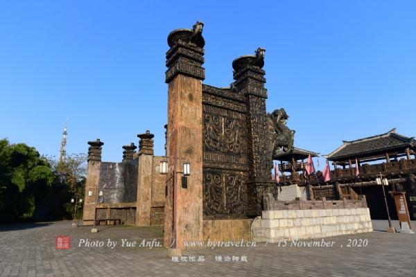 """神武台--赤壁之战时周瑜点将的地方,因《三国志·吴书·周瑜传》中记载""""将军神武雄才""""而得名。"""